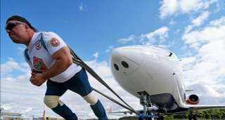 بطل روسي يحقق رقم قياسي جديد بجر عربة إطفاء ضخمة